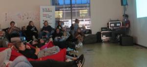 Ungdommer som ligger i sakkosekker og ser på film.