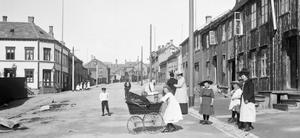 Svart-hvitt bilde,barn leker i gata, tidlig 1900-tall
